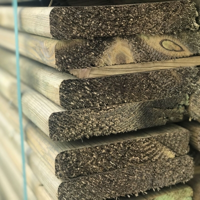 Bois de construction en pin impregné